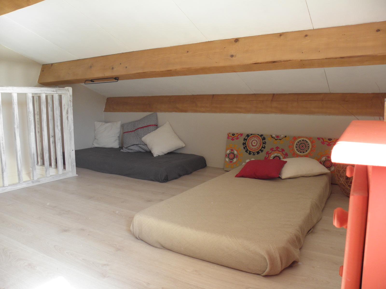 Chambre mansardée avec 2 lits simples